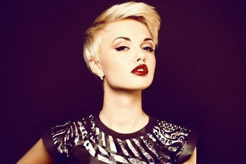 Carry Short Hairstyle Had Beautiful Round Face Shape